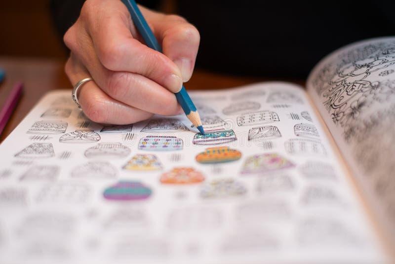 Fin d'une femme colorant un dessin de libération d'effort image stock