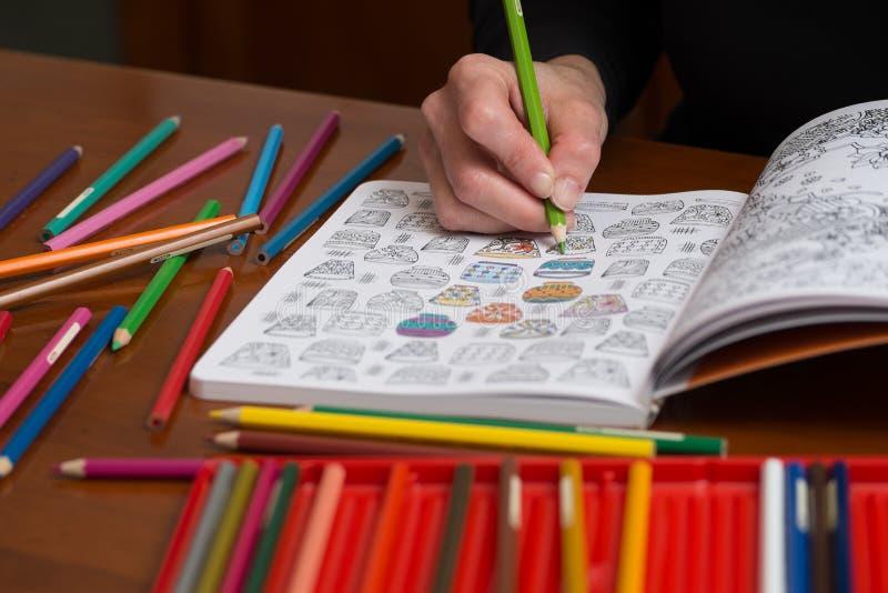 Fin d'une femme colorant un dessin de libération d'effort photographie stock