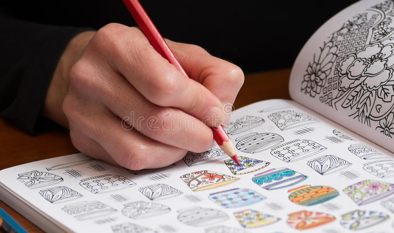 Fin d'une femme colorant un dessin de libération d'effort photo stock