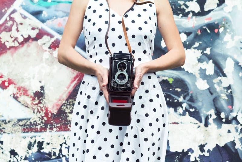 Fin d'une femme dans la robe de polka tenant un appareil-photo image libre de droits
