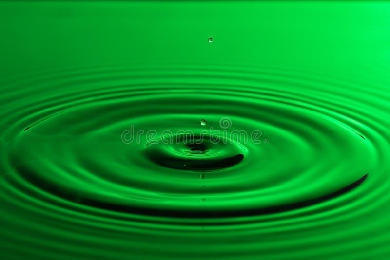 Fin de baisse de l'eau avec le ressac vert coloré d'ondulations concentriques photos libres de droits