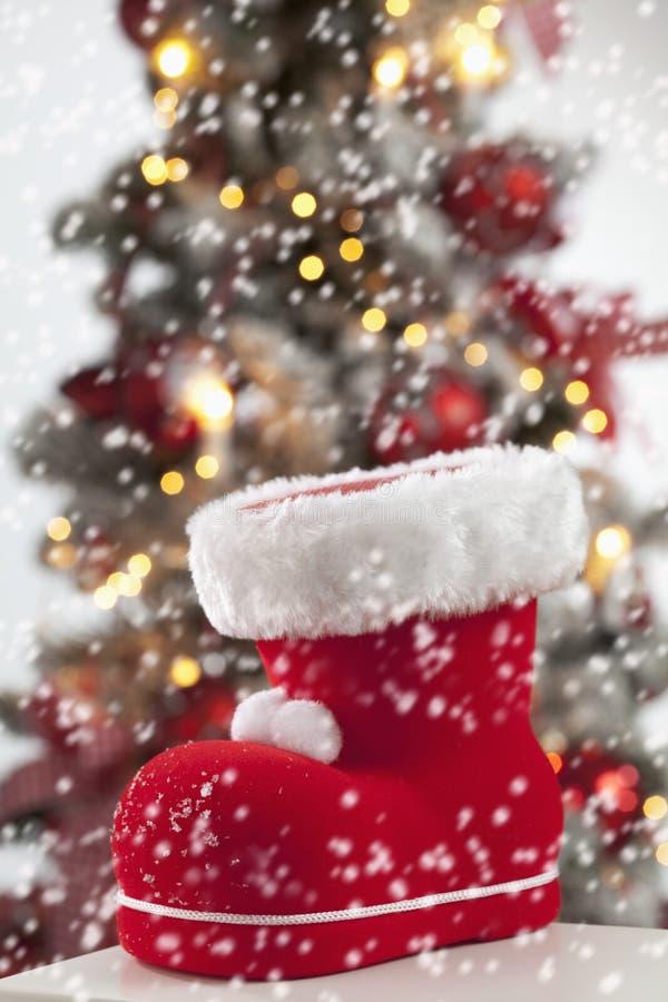 Fin de botte de Santa Claus vers le haut d'arbre de Noël à l'arrière-plan image libre de droits