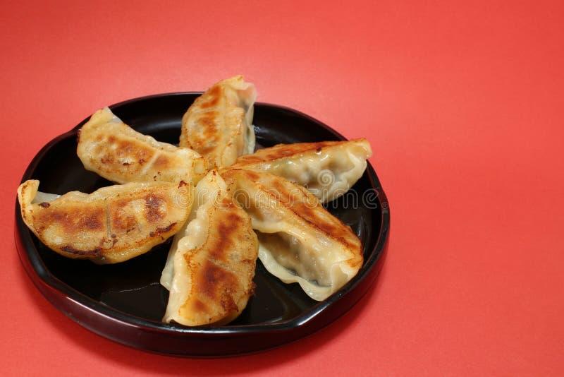 Fin de boulette frite par casserole japonaise en rouge image libre de droits