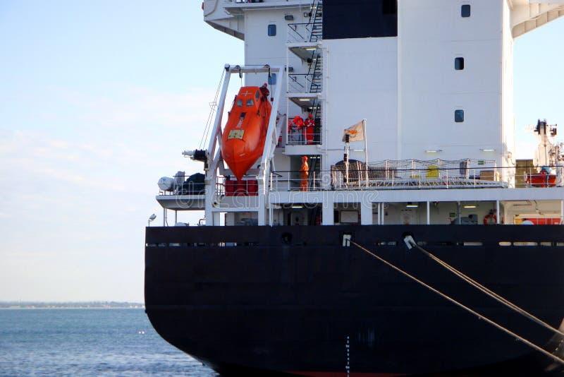 Fin de cargo  Bateau de fret avec le canot de sauvetage orange photo libre de droits