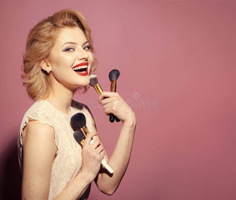 Fin de fece de femme de mannequin  Femme de visage avec émotion heureuse Beauté, mode, cosmétiques, style de vintage photographie stock