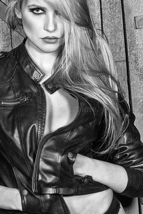 Fin de fece de femme de mannequin  Femme de visage avec émotion heureuse Femme sensuelle passionnée photo libre de droits
