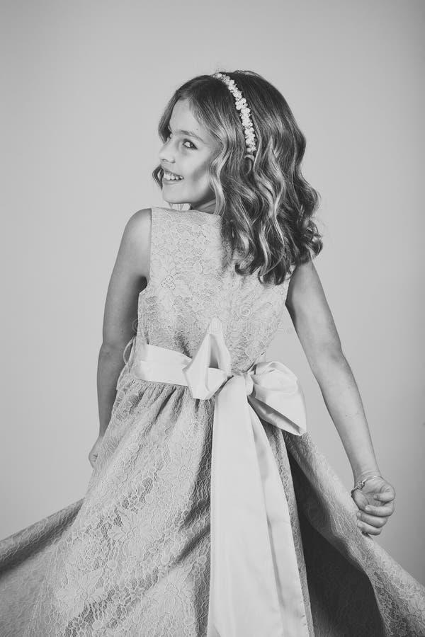 Fin de fece de modèle de jeune garçon de mode  Enfant femelle de visage avec émotion heureuse Petite fille mignonne dans un costu images libres de droits