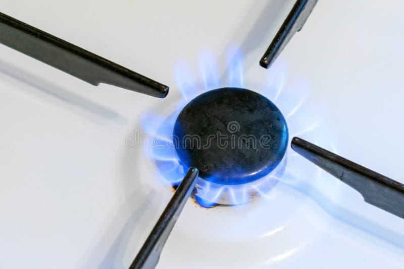 Fin de flamme de brûleur à gaz  Empoisonnement possible de fuite et de gaz Cuisinière à gaz de ménage photographie stock