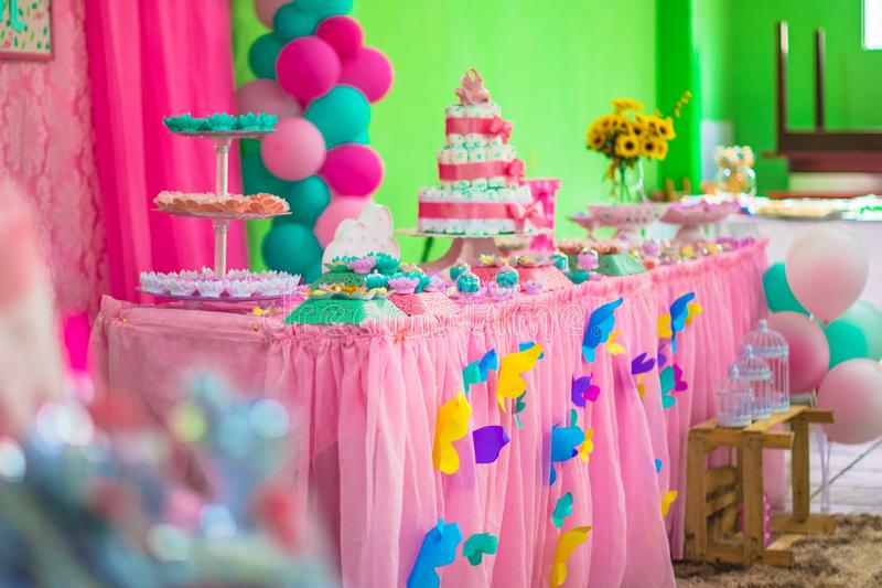 Fin de gâteau de couche-culotte de bébé de bébé vers le haut fin de gâteau de couche-culotte de thé d'enfant en bas âge de bébé d images libres de droits