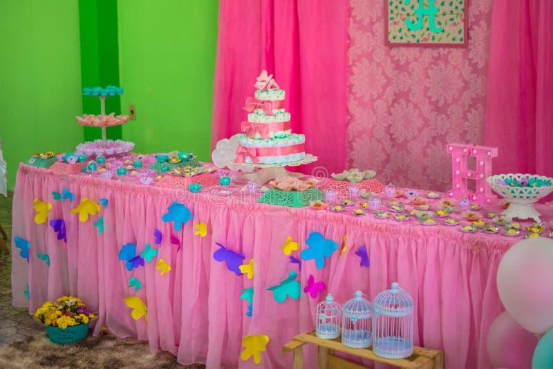 Fin de gâteau de couche-culotte de bébé de bébé vers le haut fin de gâteau de couche-culotte de thé d'enfant en bas âge de bébé d image libre de droits