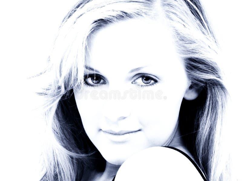 Fin de l'adolescence attrayante de fille vers le haut dans des sons bleus photos libres de droits
