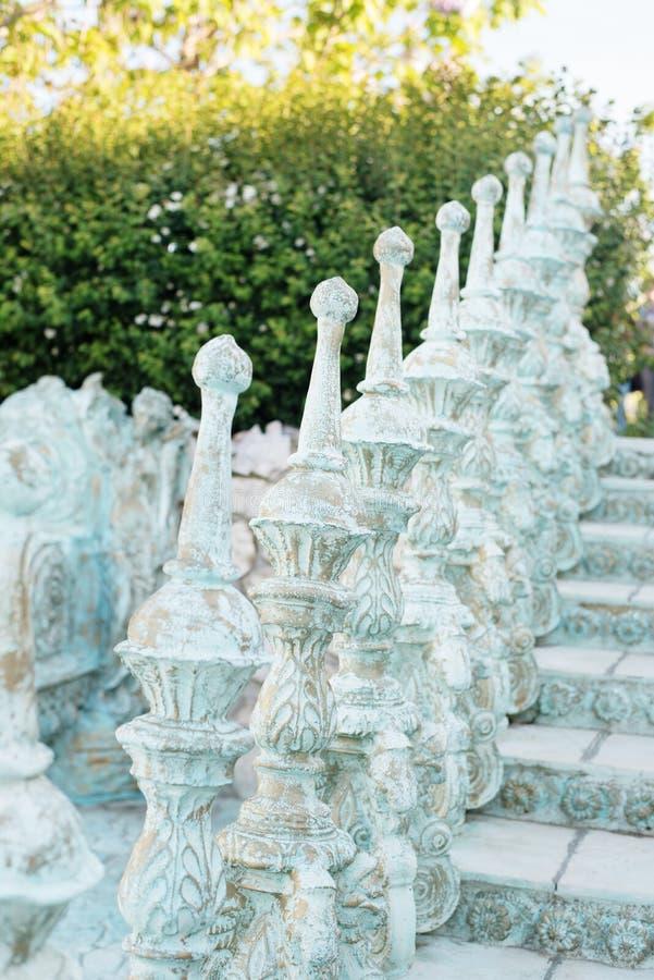 Fin de la balustrade de vieux escaliers baroques, dehors Escaliers faits de pierre, allée dans le beau jardin avec des fleurs et  photographie stock
