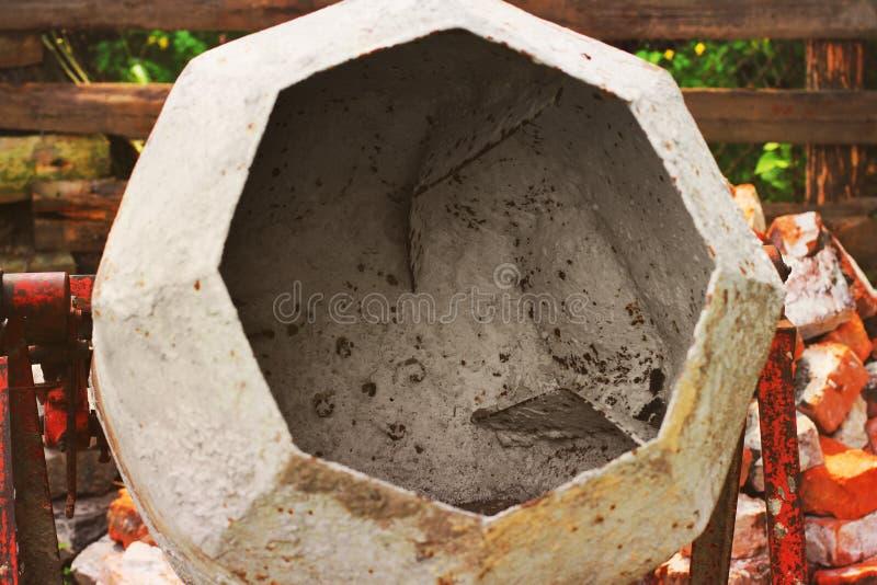 Fin de mélangeur concret sur le fond de briques Construction photos stock