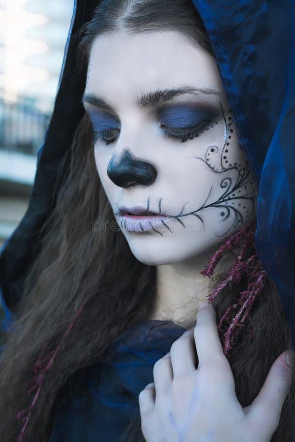 Femme De Sorcière Avec Le Maquillage Créatif Photo stock