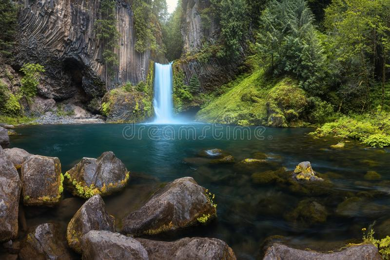 Fin de Mountain View de cascade  Paysage de cascade de rivière de montagne Scène de rivière Vue de cascade de forêt Cascade dans  images stock