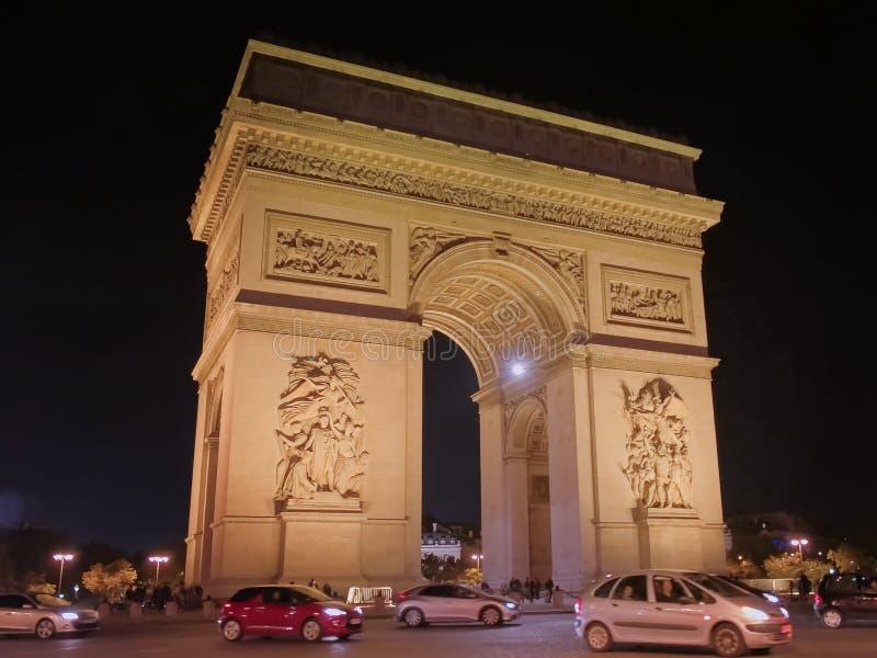 """Fin de nuit vers le haut de la vue de l'Arc de Triomphe de l """"etoile, Paris images stock"""