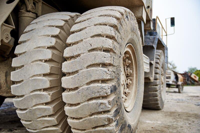 Fin de pneu de camion à benne basculante de transport  photos libres de droits