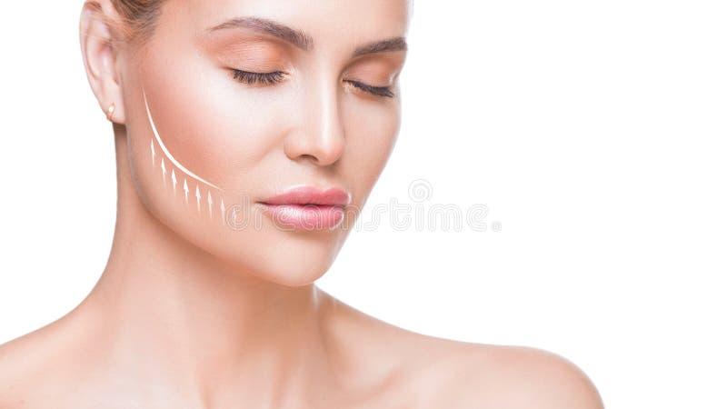 Fin de portrait de femme  Belle femme avec la flèche de levage sur le visage au-dessus du fond blanc image libre de droits