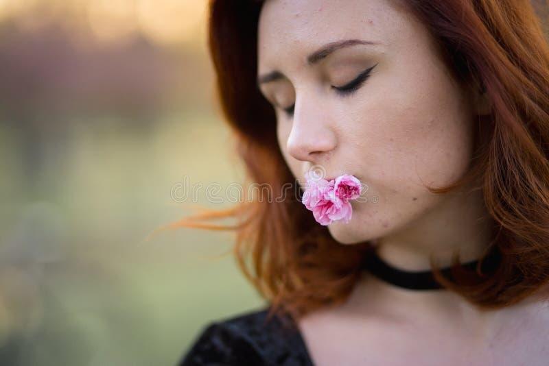 Fin de portrait de visage vers le haut - jeune femme heureuse de danseur de voyage appr?ciant le temps libre en parc de fleurs de photographie stock