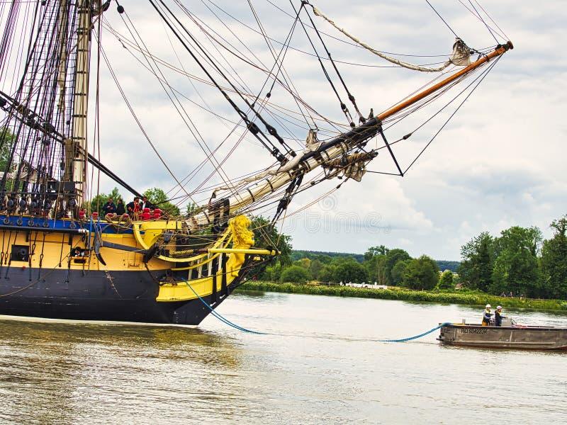 Fin de proue de voilier de Hermione avec le drapeau français sur la Seine arrivant juste pour l'armada 2019 en France photographie stock libre de droits