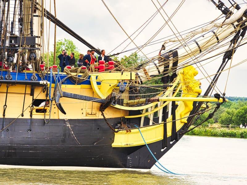 Fin de proue de voilier de Hermione avec le drapeau français sur la Seine arrivant juste pour l'armada 2019 en France photo stock