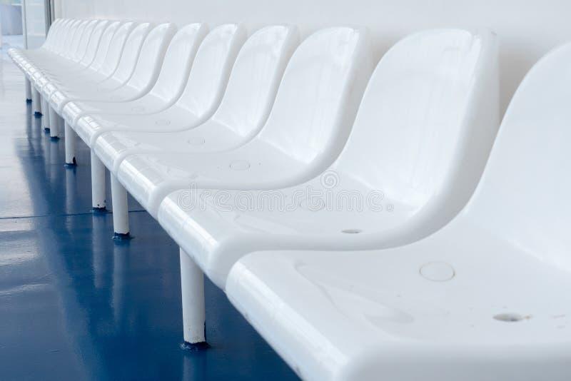 Fin de saison d'?t? Image en gros plan du nombre de chaises Fond de touristes Chaises en plastique blanches de rangée Vide videz photo libre de droits