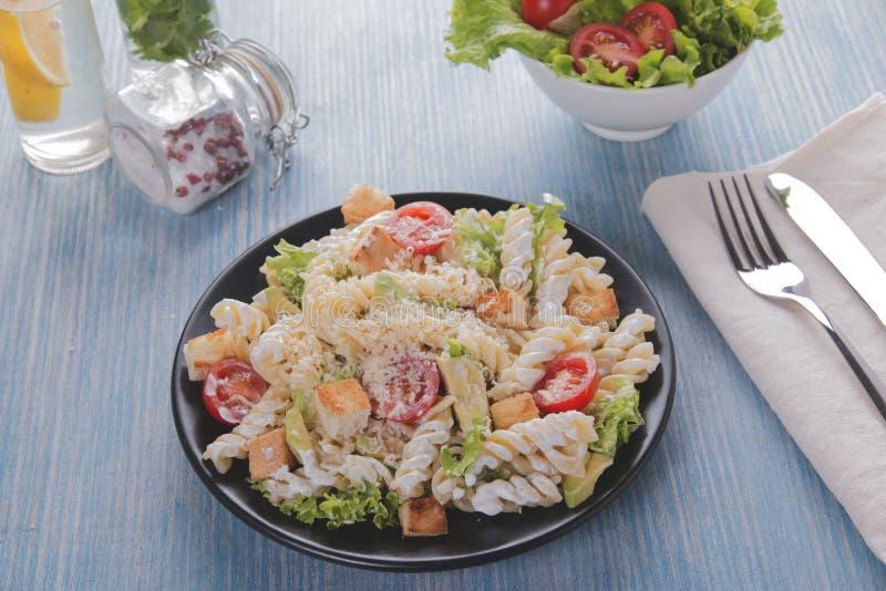 Fin de sauce tomate de filet de poulet d'avocat de pâtes de salade de César  photo stock