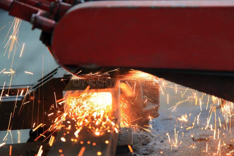 Fin de sawing en métal vers le haut photos libres de droits