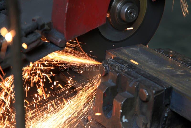 Fin de sawing en métal vers le haut photo stock