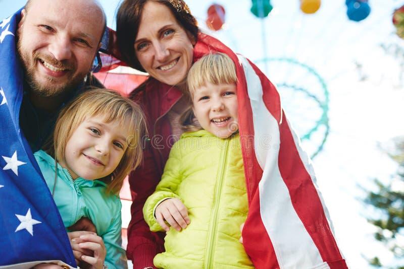 Fin de semana americano del gasto de la familia en parque fotos de archivo libres de regalías