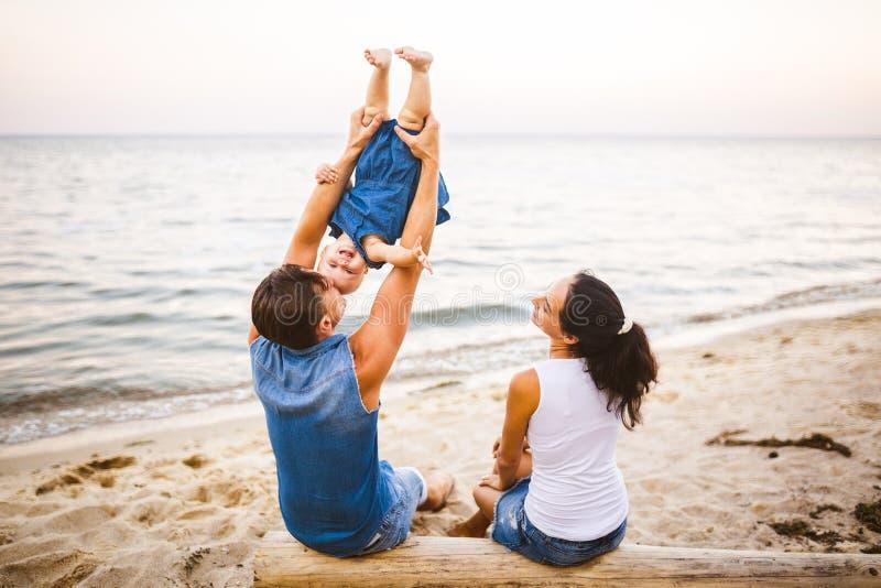 Fin de semana de la familia del tema, vacaciones de verano de la playa con el niño La familia elegante joven de mamá del papá del foto de archivo