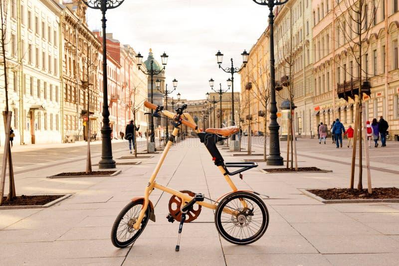 Fin de Strida de bicyclette sur Malaya Konyushennaya Street image libre de droits