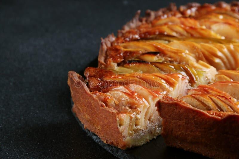 Fin de tarte aux pommes sur le fond foncé photo stock