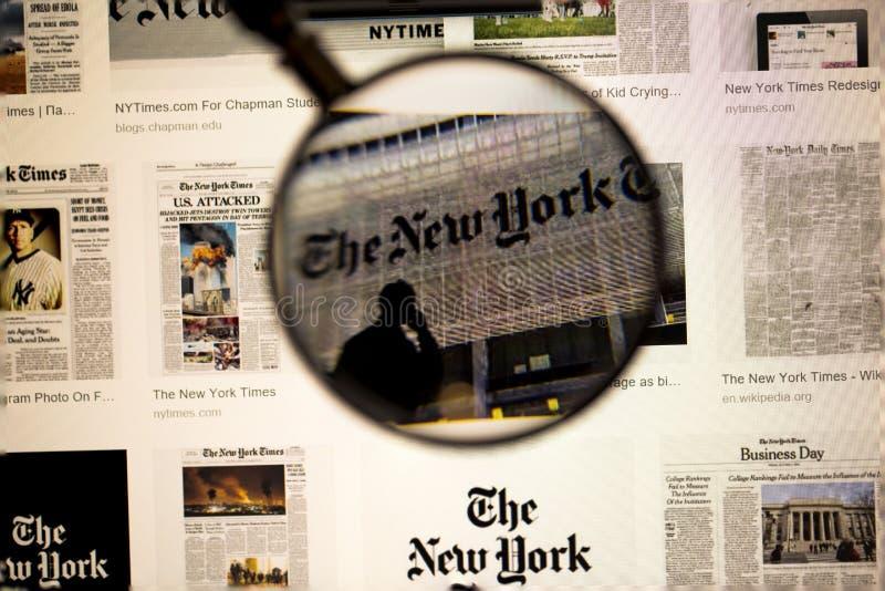 Fin de titre de journal vers le haut de vue sous la loupe sur l'écran d'ordinateur Beaux milieux photos libres de droits