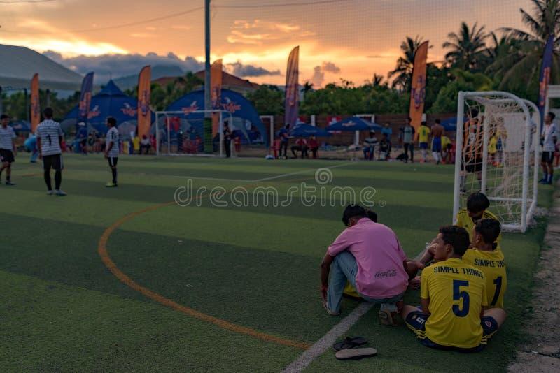 Fin de tournoi du football, joueurs situant sur le sward photographie stock libre de droits
