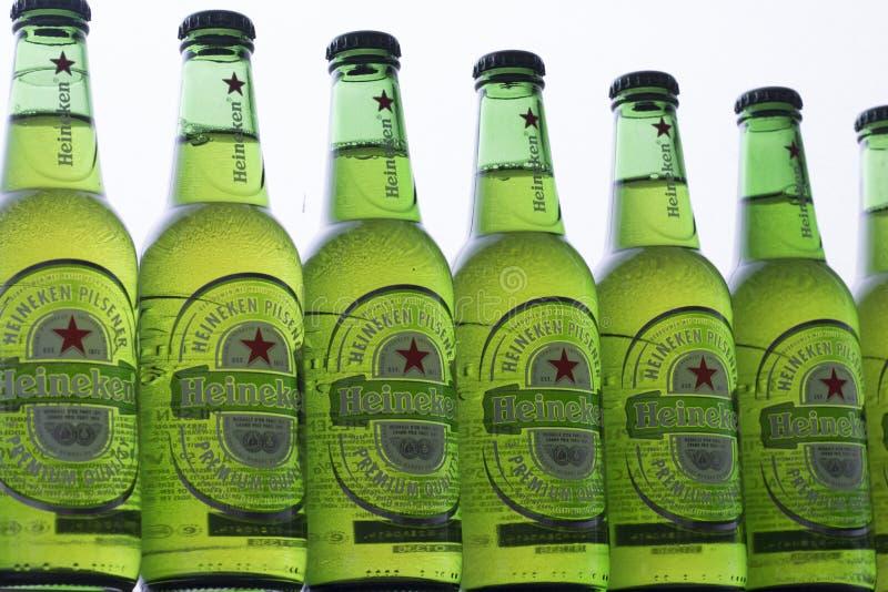 Fin de verre à bouteilles de vert de bière de Heineken  images stock