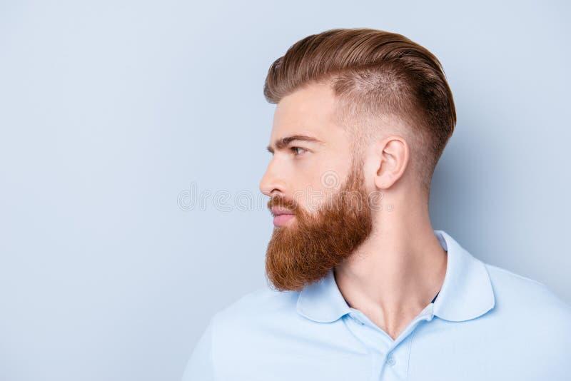 Fin de vue de côté vers le haut de portrait de jeune mA sérieux barbu beau image stock