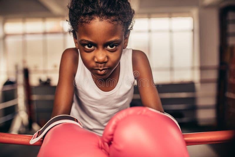 Fin des gants de boxe de port d'enfant de boxe image libre de droits