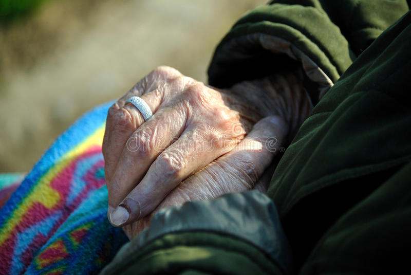Fin des mains de dame âgée photos stock