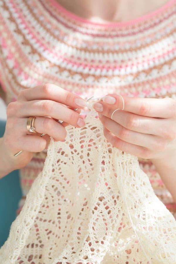 Fin des mains du ` s d'artisane tricotant la robe avec le crochet Travail femelle avec la dentelle tendre Relaxatio fait main de  photo stock