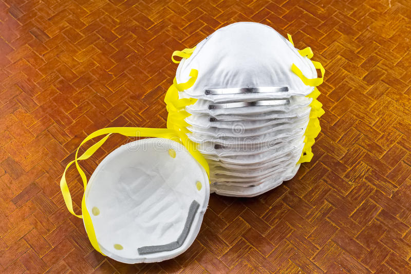 Fin du masque blanc sur le fond d'armure de bambou noir photos libres de droits
