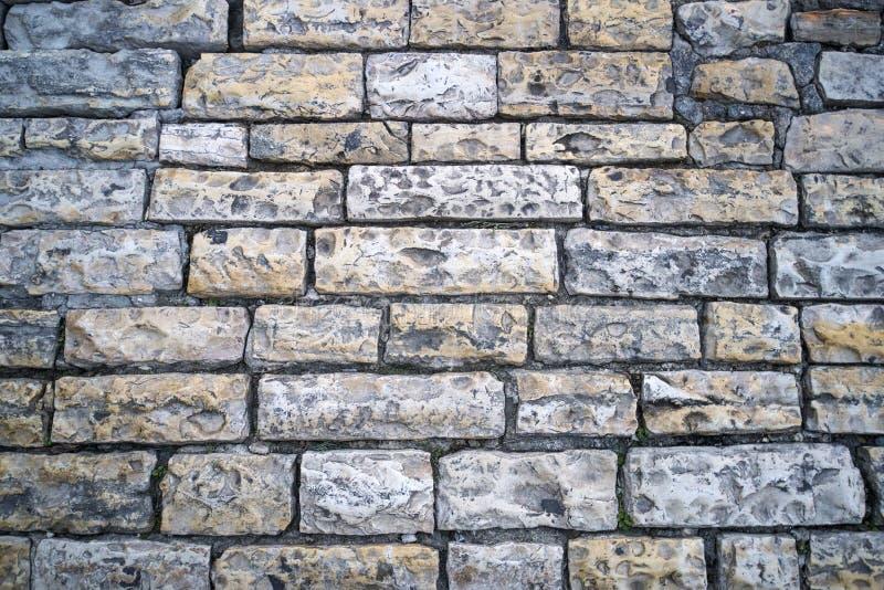 Fin en pierre de route de gris  Fragment d'un passage couvert antique pavé avec des pavés ronds Exemple de trottoir du pavage pas image stock