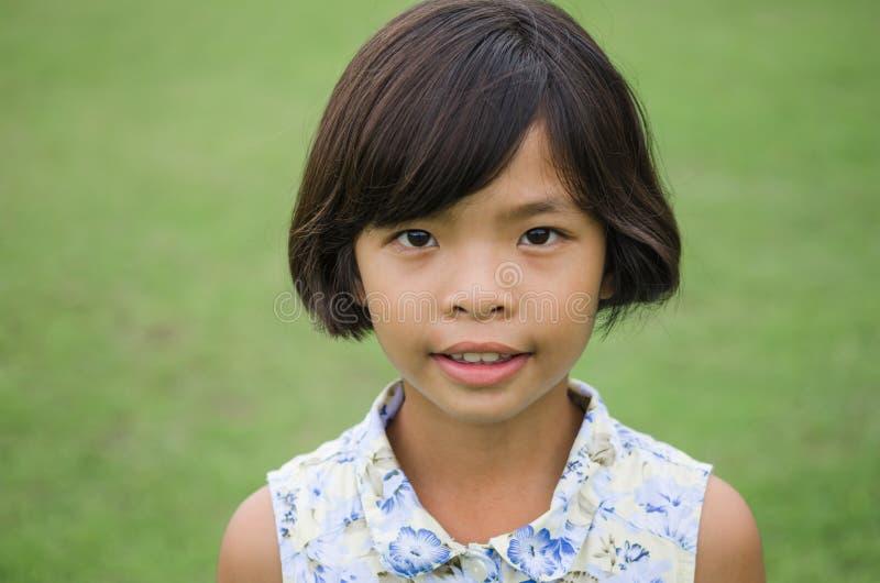 Fin extérieure vers le haut de portrait d'une jeune fille mignonne photo stock