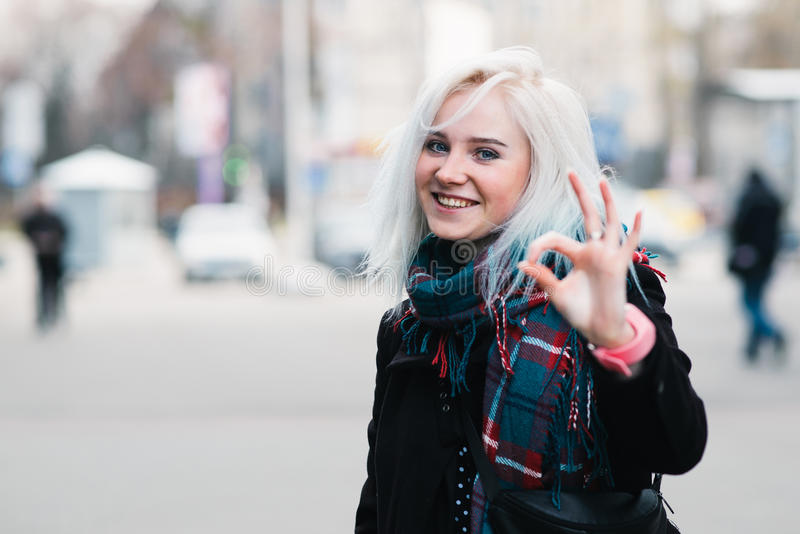 Fin extérieure vers le haut de portrait de la jeune belle fille de sourire heureuse montrant le geste correct Looking modèle à l' image libre de droits