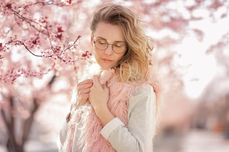 Fin extérieure vers le haut de portrait de la jeune belle femme utilisant les lunettes de soleil rondes élégantes, chapeau rose,  images stock