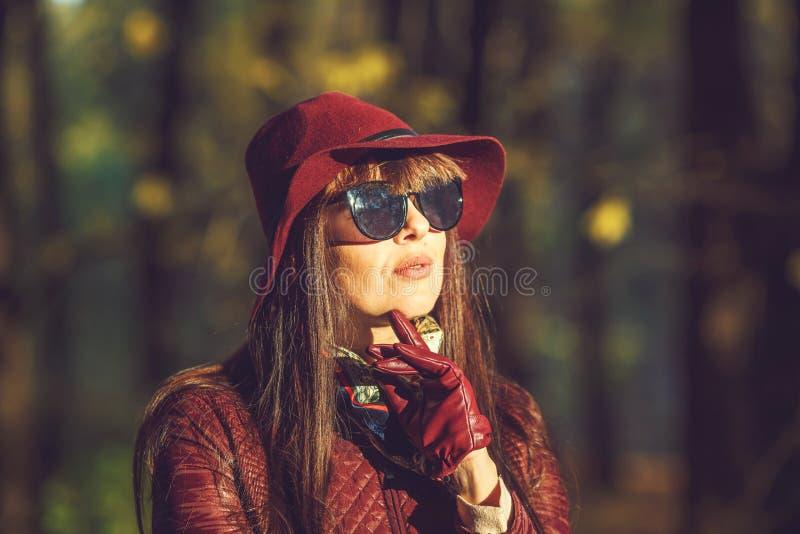 Fin extérieure vers le haut fille de brune de grand modèle de taille de portrait de belle avec le chapeau et sunglass dans la for image libre de droits