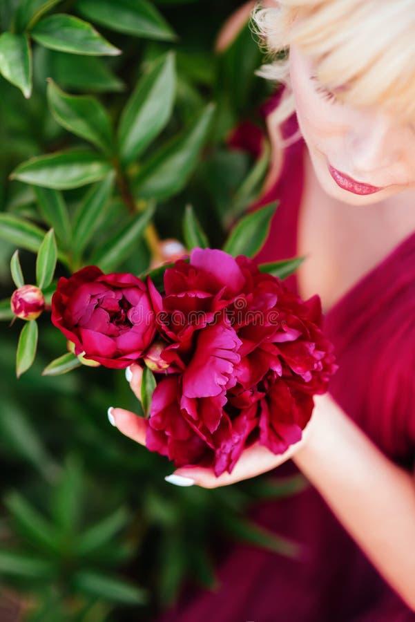 Fin ext?rieure vers le haut de portrait de belle jeune femme dans le jardin de floraison Concept femelle de mode de ressort photo libre de droits