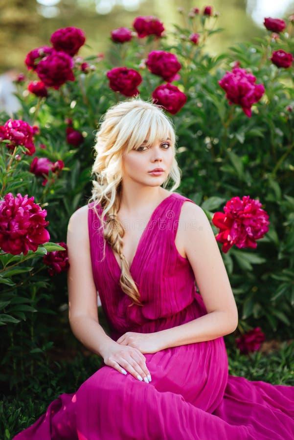 Fin ext?rieure vers le haut de portrait de belle jeune femme dans le jardin de floraison Concept femelle de mode de ressort image stock
