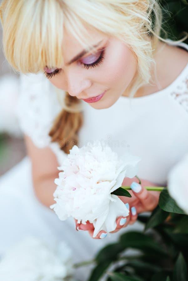 Fin ext?rieure vers le haut de portrait de belle jeune femme dans le jardin de floraison Concept femelle de mode de ressort photo stock