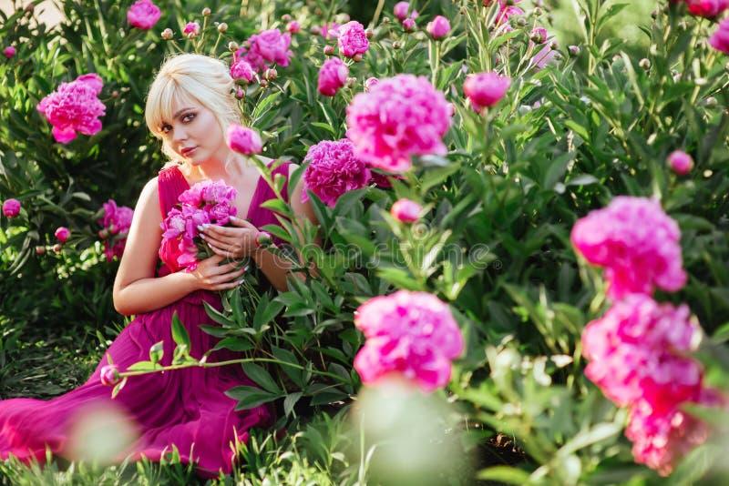 Fin ext?rieure vers le haut de portrait de belle jeune femme dans le jardin de floraison Concept femelle de mode de ressort photographie stock